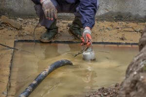 Schmutzwasserpumpe beim abpumpen von Dreck